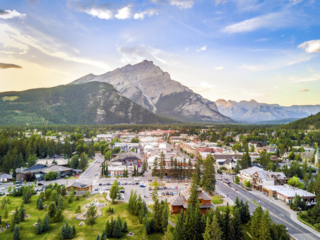 Photo pour Amazing cityscape of Banff in canadian Rocky Mountains, Alberta,Canada - image libre de droit