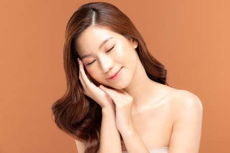 Photo pour Beauty asian women portrait face with skin care healthy and skin. - image libre de droit