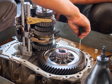 operator repair gear box of automotive engine