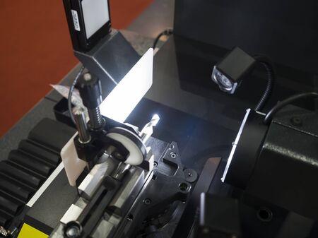 Photo pour Inspection cutting tool by automate vision system - image libre de droit