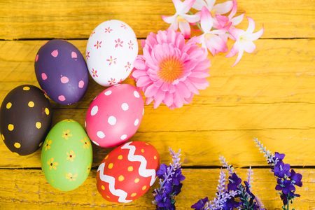 Photo pour Easter eggs top view on yellow wooden background and have copy space for use - image libre de droit