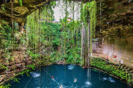 Photo pour Chichen Itza, Mexico. Cenote Ik Kil, natural well. Yucatan Peninsula. - image libre de droit