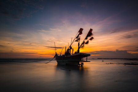 Photo pour Fishing boat on the beach in thailand - image libre de droit