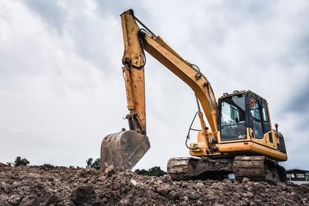 Photo pour Excavators machine in construction site on sky background - image libre de droit
