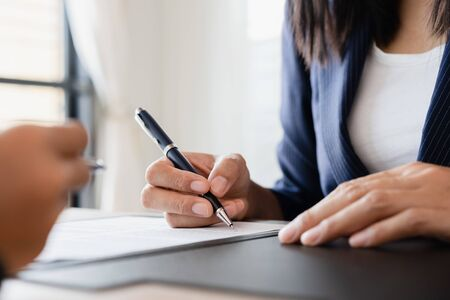 Photo pour Salesmen are letting the woman customers sign the sales contract, Asian women and female are doing business in the office, Business concept and contract signing - image libre de droit