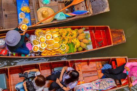 Photo pour Damnoen Saduak floating market in Ratchaburi near Bangkok, Thailand - image libre de droit