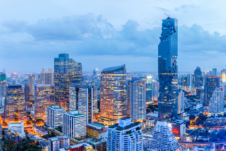 Photo pour Bangkok financial district, business building and shopping mall center at Southeast Asia - image libre de droit