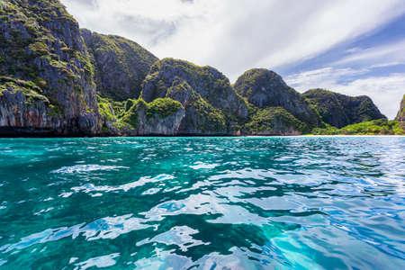 Photo pour Beautiful tropical island bay at Maya Bay on Phi Phi Leh Island in sunshine day, Krabi Province, Thailand - image libre de droit