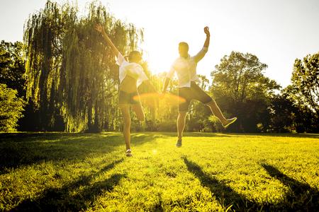 Photo pour Nice young couple in the park - image libre de droit