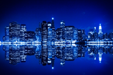 Foto de New York at night with blue hue - Imagen libre de derechos
