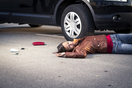 Photo pour Woman lying injured on the pavement - image libre de droit