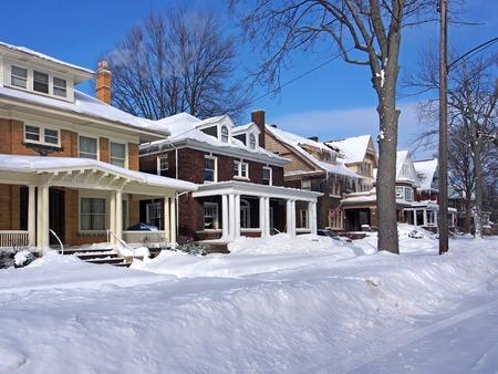 Photo pour residential street in winter - image libre de droit