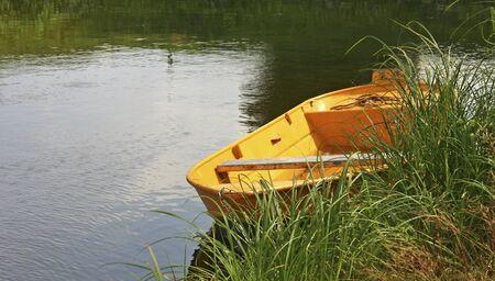kleines Boot am Ufer, Berlin, Deutschland