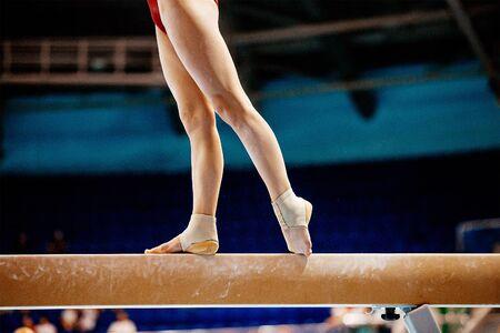 Photo pour legs women balance beam gymnastics in summer games - image libre de droit