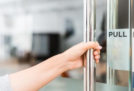 Photo pour Closeup women hand open the door knob . - image libre de droit
