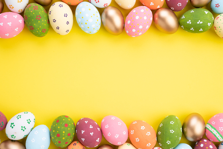 Photo pour Happy easter! Close Up Colorful Easter eggs on yellow paper background. Happy family preparing for Easter. - image libre de droit