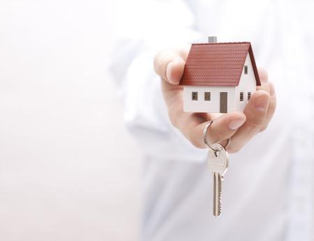 Photo pour House key in hand - image libre de droit