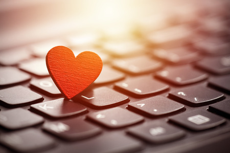 Photo pour Small red heart on keyboard. Internet dating concept. - image libre de droit