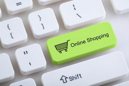 Photo pour Computer keyboard with online shopping button - image libre de droit