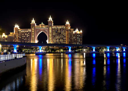 Photo pour Dubai - UAE. 13th november 2020. View of The Atlantis Hotel with colorful reflection on water from The Pointe Palm Jumeirah. - image libre de droit