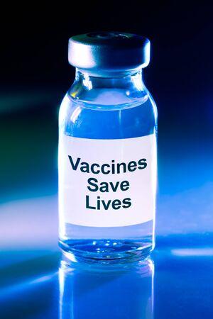 Photo pour Drug vial with label - Vaccines Save Lives - image libre de droit