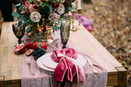 Photo pour Rustic wedding decoration for festive table with beautiful flower composition. Autumn wedding. Artwork - image libre de droit