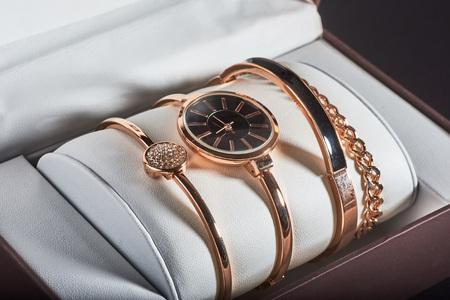 Photo pour golden women's wrist watch on a white background. - image libre de droit