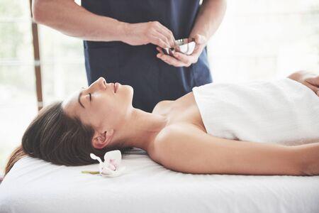 Photo pour Beautiful woman lying on massage table in Spa - image libre de droit