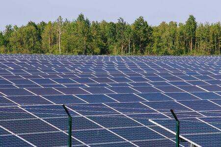 Photo pour Solar panels under the sun in the field - image libre de droit