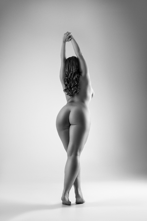 Photo pour Art nude, perfect naked body, sexy woman on gray background, black and white studio shot, body positive concept - image libre de droit