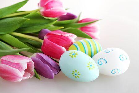 Photo pour Easter eggs with tulips flowers - image libre de droit