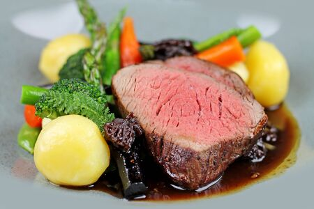 Photo pour Beef steak with steamed vegetables at restaurant close up. - image libre de droit