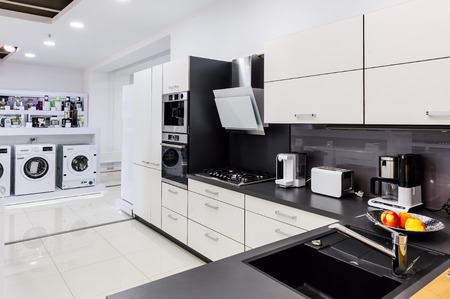 Photo pour Showroom at retail appliances store, modern kitchem and washing mashines - image libre de droit