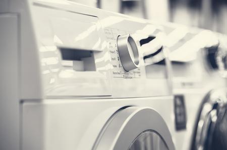 Photo pour washing mashines closeup in appliance store - image libre de droit