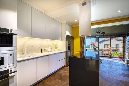 Photo pour Luxury kitchen Interior with minimal design - image libre de droit