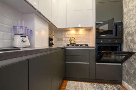 Photo pour Modern dark grey small kitchen interior - image libre de droit