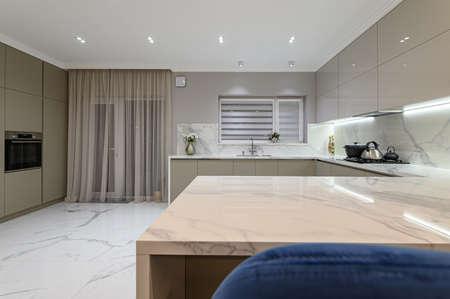 Photo pour Luxury white modern marble kitchen in studio space - image libre de droit