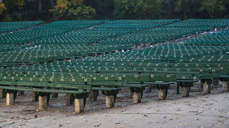 Photo pour The empty benches of the open air theatre in the fall - image libre de droit