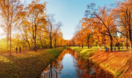 Foto de Beautiful sunny autumn day. Panorama of the autumn park with walking people. Tsarskoe selo. Russia. - Imagen libre de derechos