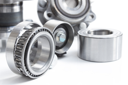 Photo pour located on a white background variety of bearings and rollers wide range of applications, from automotive hub to engine belt tensioners - image libre de droit