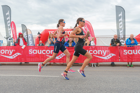 Photo pour STOCKHOLM, SWEDEN - JULY 02, 2016: Hewitt (NZL) and Jenkins (GBR) running in wide angle view at the Women ITU Triathlon event in Stockholm. - image libre de droit