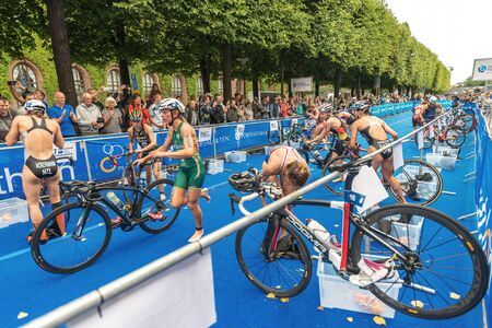 Photo pour STOCKHOLM, SWEDEN - JULY 02, 2016: Transition between swimming and cycling at the Women ITU Triathlon event in Stockholm. - image libre de droit