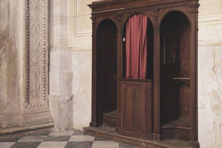 Photo pour confessional in Catholic church - image libre de droit