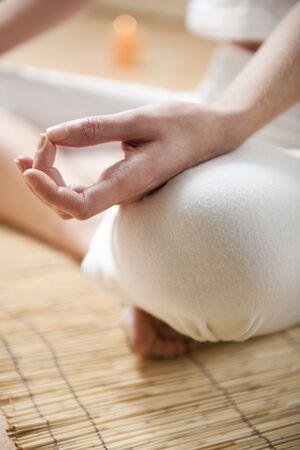 Foto de Hands of young woman meditating, focus on the hand - Imagen libre de derechos