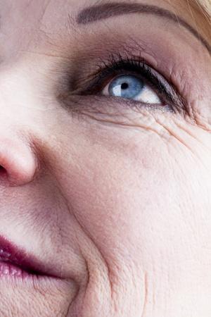 Photo pour Close-up of a mature woman face - image libre de droit
