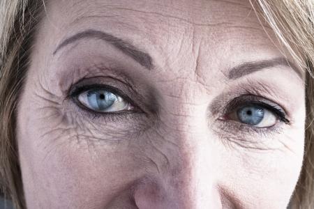 Photo pour Close-up of mature woman blue eyes - image libre de droit