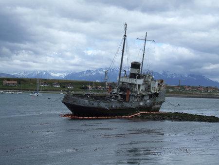 Photo pour Wreck in the bay of Ushuaia, Argentina - image libre de droit