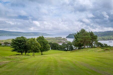 Photo pour Tobermory golf field view sea view. Beautiful nature of Scotland landscapes. - image libre de droit