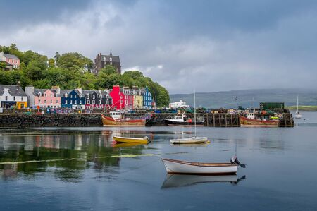 Photo pour Small recreational and fisherman's boats at Tobermory. Hebrides, Scotland. - image libre de droit