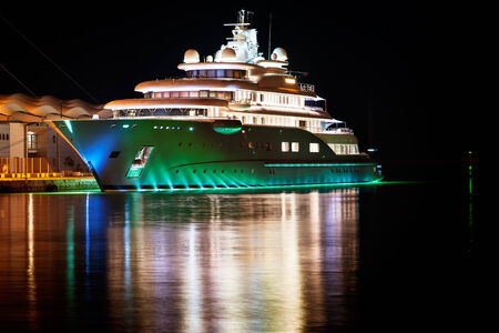 Photo pour Luxury yacht moored in the harbor next to the cruise terminal - image libre de droit
